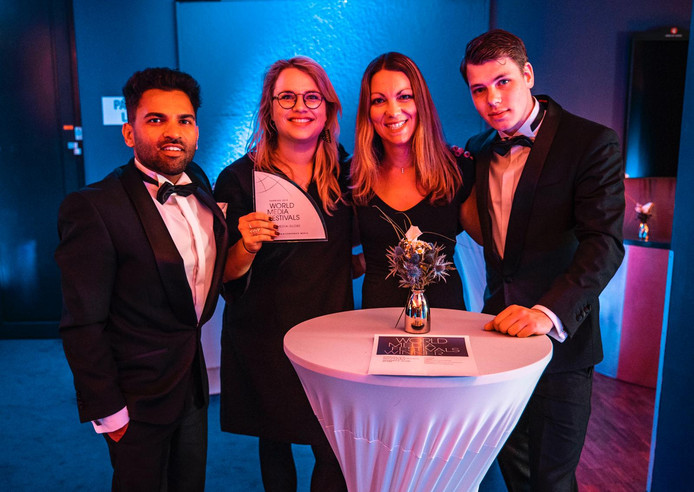 De documentairemakers met de zilveren award.