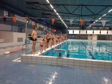 Ouders zwemmen mee voor diploma A in Ede: kijken mag niet, meezwemmen wel