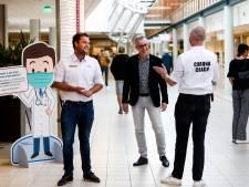 Nieuwe 'coronacoach' zorgt haast zonder wat te zeggen voor veilige afstand in Deventer Ziekenhuis
