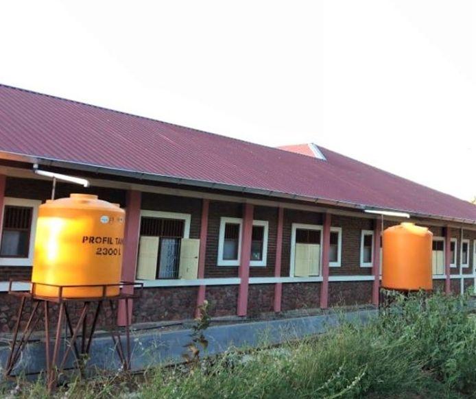 Twee van de watertonnen bij het rehabilitatiecentrum Hidup Baru op West Timor.