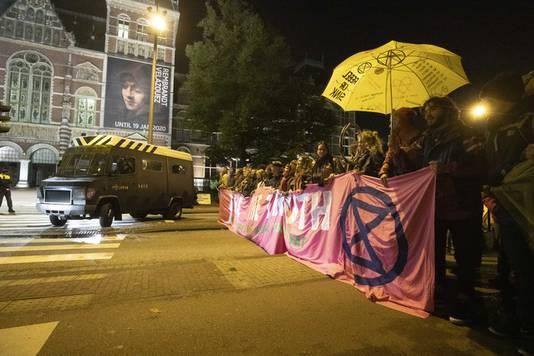 Activisten van Extinction Rebellion blokkeren in de vroege ochtend de Stadhouderskade voor het Rijksmuseum.
