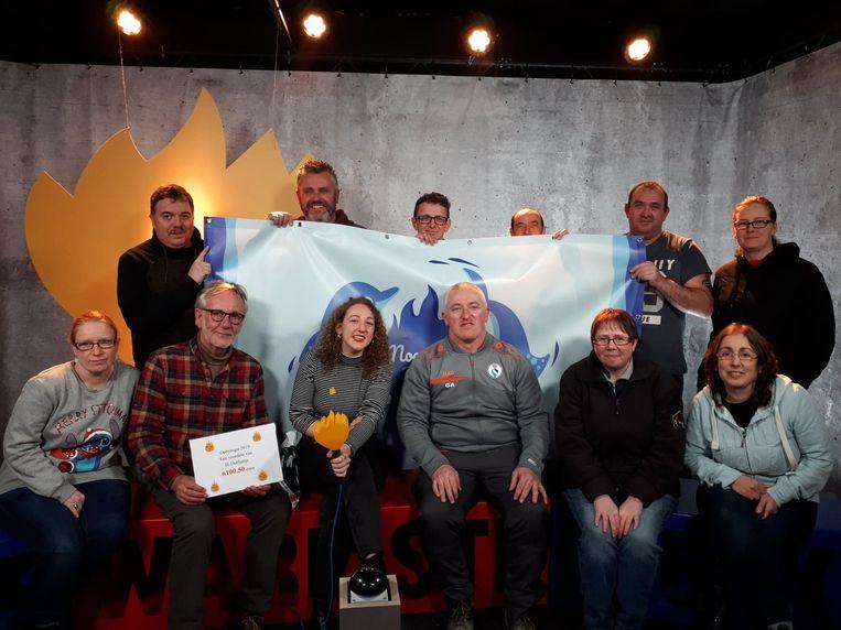 Het team van 'Dolfijntje for Life' ging het bedrag in Kortrijk overhandigen.