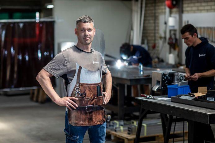 Richard Buitelaar toont het zelfbedacht én ontworpen schort, waarmee onder andere kappers tijdens de coronacrisis veilig kunnen werken.