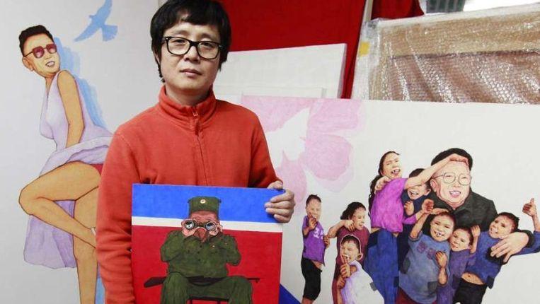Voormalig propagandaschilder Song Byeok maakt sinds zijn vlucht in 2002 uit Noord-Korea satirische schilderijen over Kim Jong-il. ©Reuters Beeld