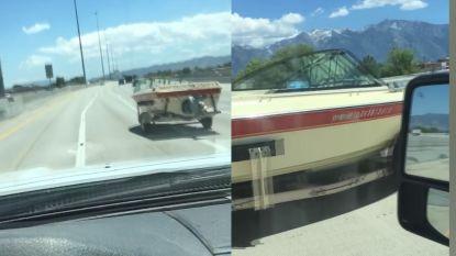 Man is getuige van vreemd verkeersincident: boot rijdt op snelweg voorbij, zónder bestuurder