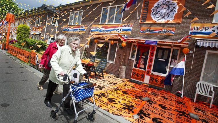 Oranjegekte in de Amsterdamse Orionstraat. Beeld anp
