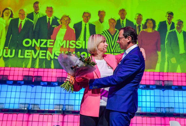 """Een knuffel en bloemen van voorzitter Wouter Beke, en Hilde Crevits is klaar om """"met goesting"""" aan de campagne te beginnen."""