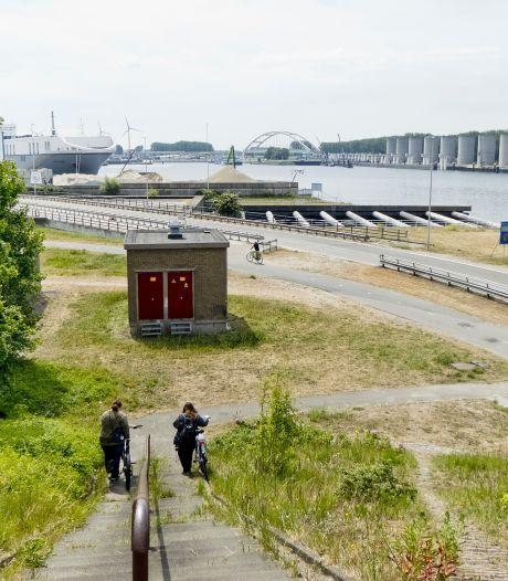 Fascinerend: wandelen tussen reusachtige opslagtanks in installaties