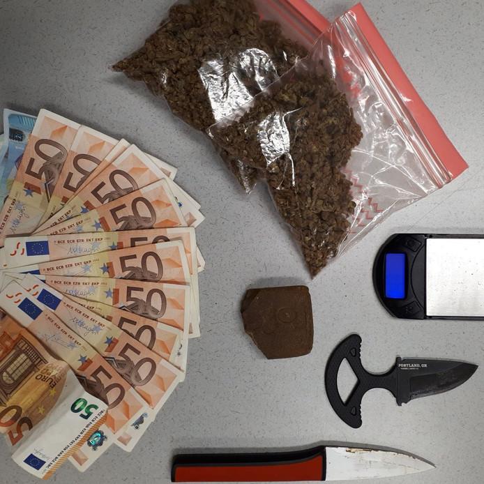 In het voertuig werden drugs, wapens en geld gevonden.