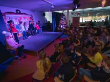 Kinderen van de Piekschool zingen de sterren van de hemel op de laatste schooldag