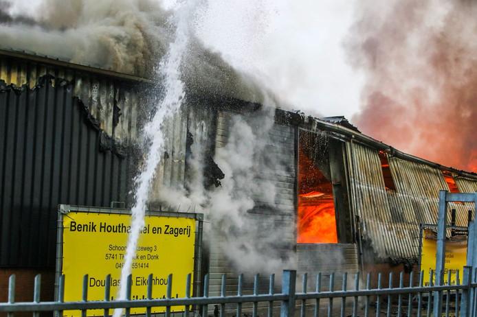 Brand in de loods van de houthandel.