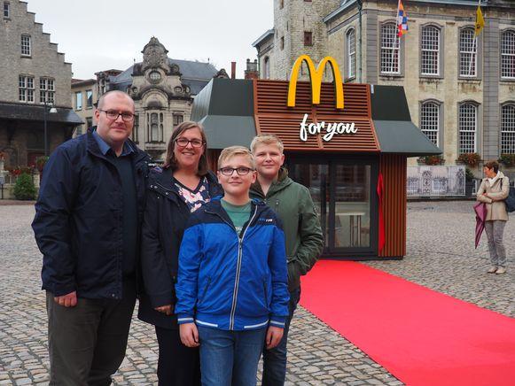 McDonald's verraste Dries Avonds uit Lier met een minirestaurant op de Grote Markt. Met zijn ouders en broer.