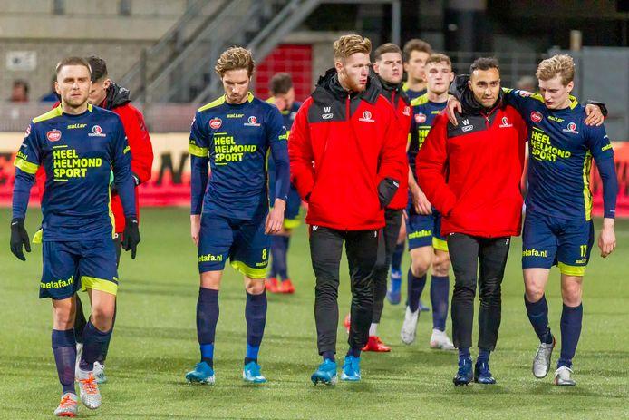 De spelers van Helmond Sport verlaten het veld na weer een nederlaag, tegen MVV.