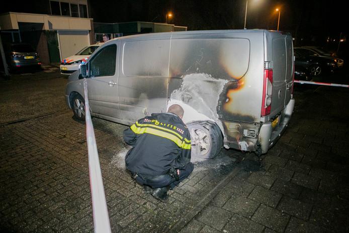 In de Arnhemse wijk Vreedenburg raakte de achterkant van een bestelbus zwaar beschadigd door brand.