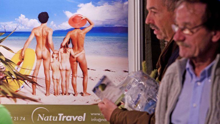 Bezoekers van de naturistenbeurs laten zich informeren. Beeld anp