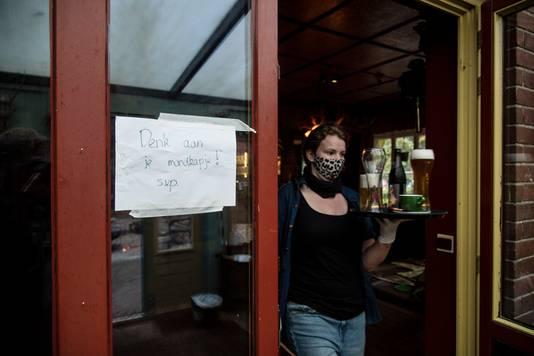Bij Merlijn werd het al drukker toen de Nederlandse cafés gedwongen gesloten bleven. Eigenaar Katharina Steenveld had het vrij snel door. ,,Vooral vorige week zondag kon je het merken.''