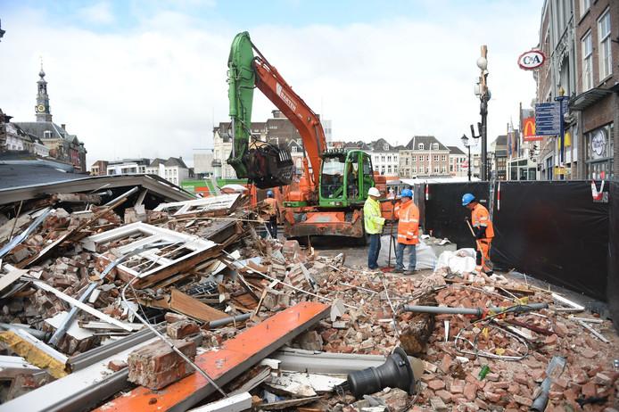 Het puinruimen bij het voormalige Pearle-pand is begonnen.