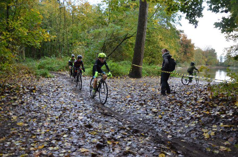De jonge veldrijders rijden over het herfstige parcours van het Bospark Winterbike Weekend.