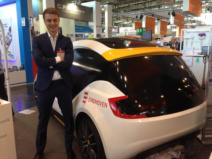Directeur Steven Nelemans met een van de elektrische auto's van Amber.