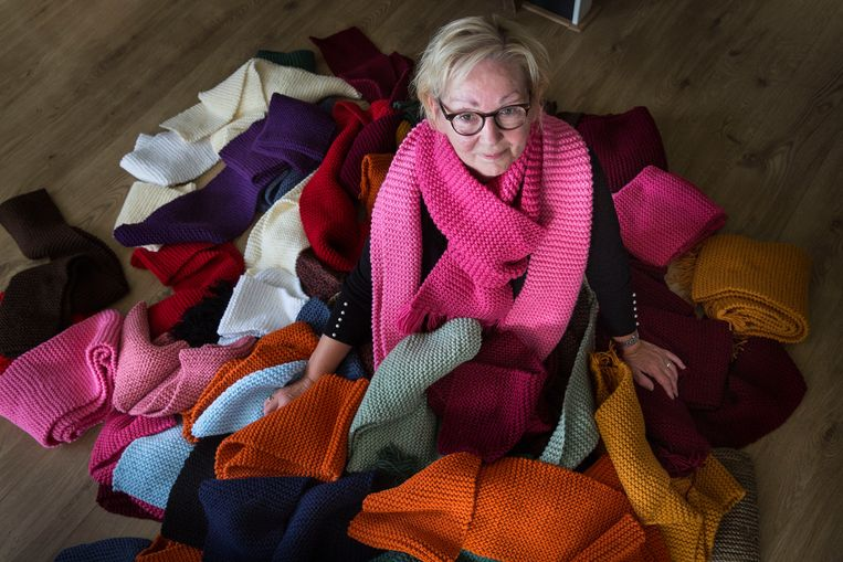 Netty Jongmans heeft een stuk of 60 sjaals gebreid voor Moria maar raakt deze aan de straatstenen niet kwijt. Beeld Arie Kievit