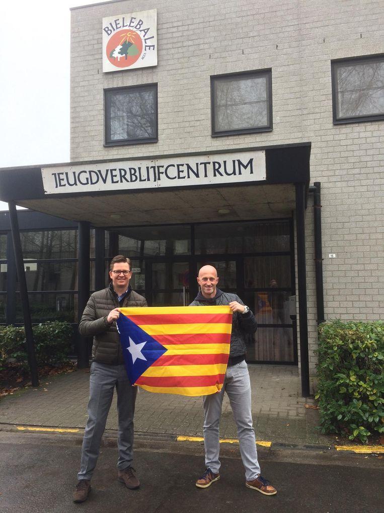 Dimitri Hoegaerts (VB) en Koen Verberck (N-VA) met de Catalaanse vlag voor het jeugdverblijfcentrum.