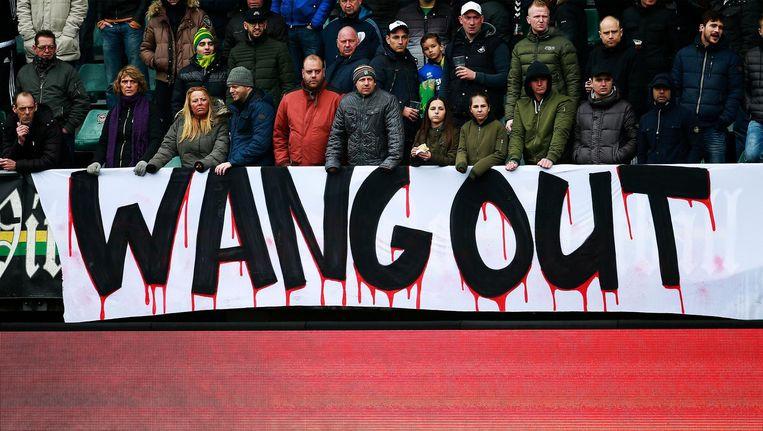 ADO-supporters protesteren bij verschillende voetbalwedstrijden tegen Wang Hui. Beeld VI Images