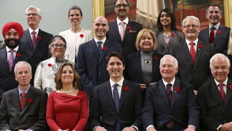 Trudeau (midden, voorste rij) poseert met zijn kabinet Beeld afp