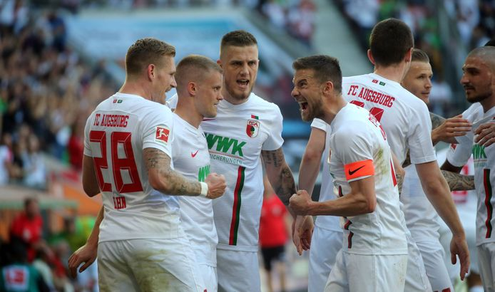 André Hahn, Philipp Max, Jeffrey Gouweleeuw, Daniel Baier (vlnr) vieren de 2-0 van FC Augsburg tegen Stuttgart.