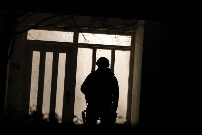 Meerdere zwaarbewapende agenten bewaken de woning en schuur in Millwaar eerder op de dag een drugslab werd opgerold.