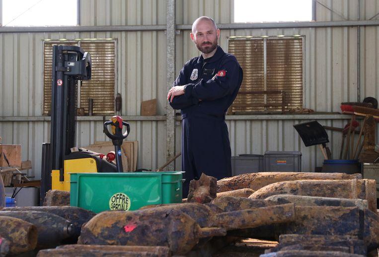 Commandant Glenn Nollet van de militaire ontmijningsdienst Dovo in Poelkapelle, tijdens een educatieve rondleiding over chemische wapens.
