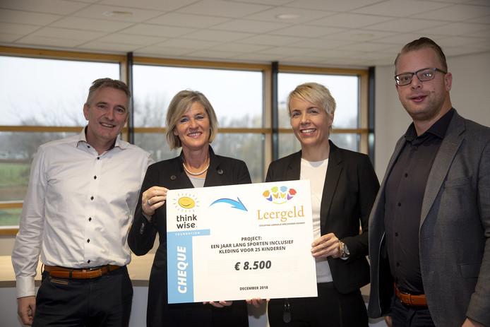 Hiske van den Heuvel, voorzitter van Stichting Leergeld Apeldoorn-Voorst ontvangt van Janine Worst namens de Thinkwise Foundation een cheque van 8.500 euro.
