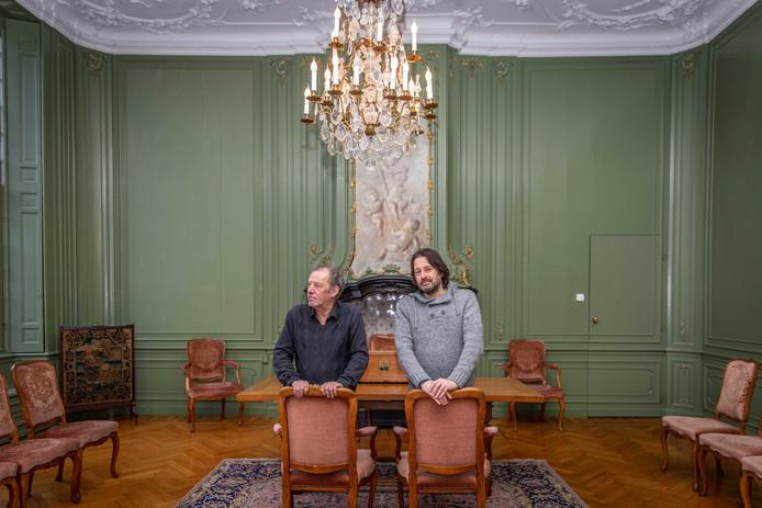 De programmeurs Chris Tangelder (l) en Frank Harthoorn in de trouwzaal van het Stadhuis op de Grote Markt.