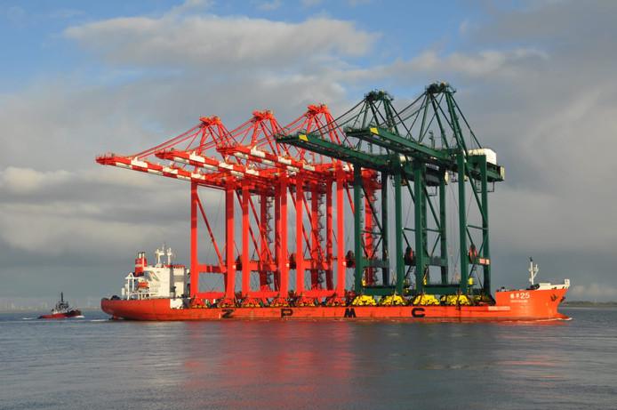 Transport containerschepen over de Westerschelde bij Terneuzen.