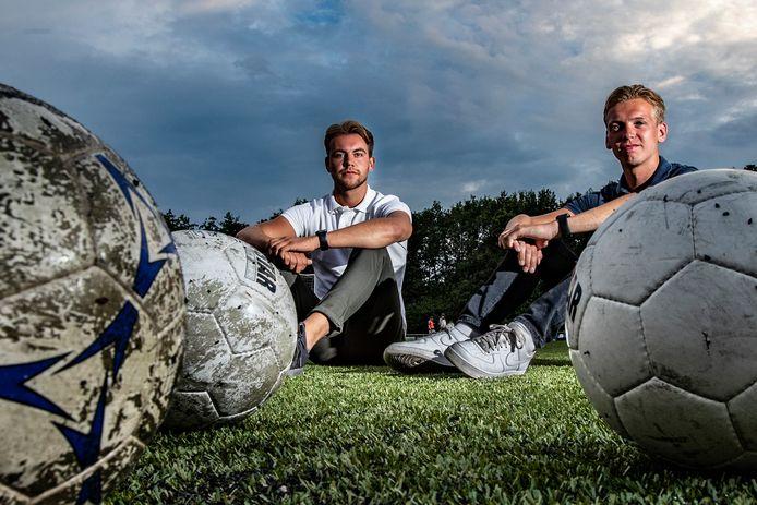 Daan Jalving (wit shirt) en Stefan Dijkink gaan hun eigen voetbalschool beginnen.