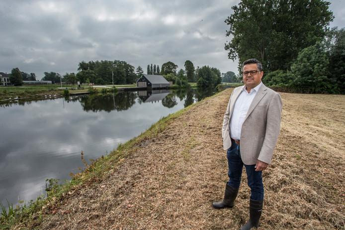 Ontwikkelaar Robert Ramdhani bij de oevers van de Berkel in Lochem waar een aantal dure huizen gebouwd gaat worden.