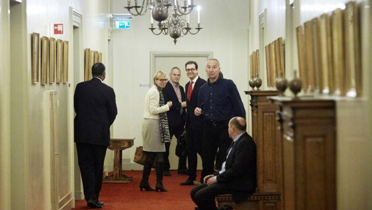 PvdA-senator Adri Duivesteijn praat tijdens een schorsing van het debat in de Eerste Kamer over de woningmarkt met Minister van Sociale Zaken Lodewijk Asscher (3R) en Eerste Kamerlid Marleen Barth (PvdA) Beeld anp