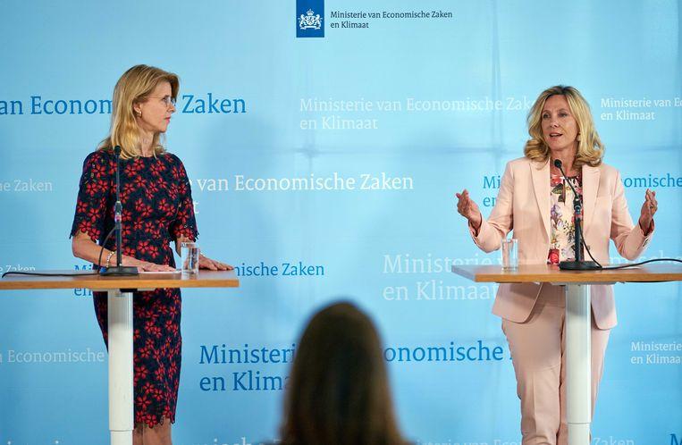 Staatssecretaris Mona Keijzer van economische zaken (links) en Angeline van Dijk,  directeur-hoofdinspecteur Agentschap Telecom, maken de opbrengst bekend van de veiling van 5G-frequenties. Beeld ANP, Phil Nijhuis