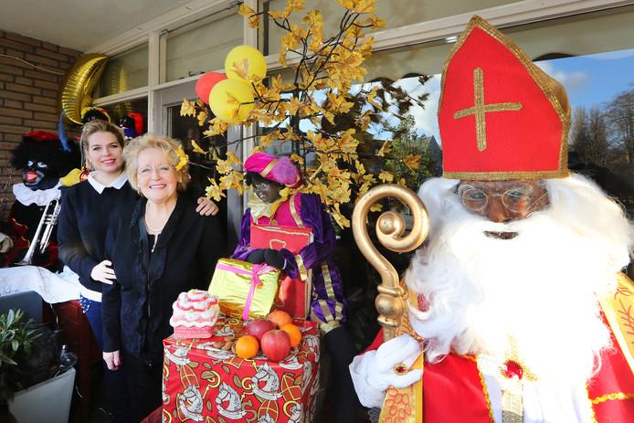 20181204 - Breda - Tineke Schrauwen (73) versiert regelmatig haar balkon met dochter Christel Wouters (38) naar aanleiding van feestelijkheden: Koningsdag, Jazz-festival, Pasen of zoals nu.... Sinterklaas.FOTO: Pix4Profs/ Ramon Mangold