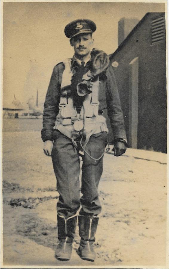 Portret uit 1946 van RAF-piloot Ernest Holmes in pilotenkostuum. Hij overleefde de crash met bommenwerper (Lancaster) in mei 1944 in Vessem (bij Meerven).