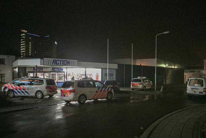 Vier politiewagens bij de Action in Arnhem na de poging inbraak.
