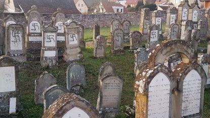 Verontwaardiging in Frankrijk nadat ruim 100 Joodse grafzerken met hakenkruisen beklad worden