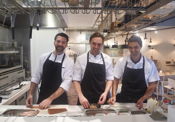 In de keuken van De Boterkapel koken Marijn Leenhouts, Yoeri Luteijn en Alain Matulessy (vlnr) wereldgerechten.