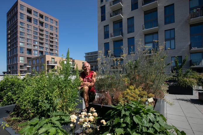Tejo Verdonschot in de tuin op het dak van Blok 4 van Space-S, Strijp-S.