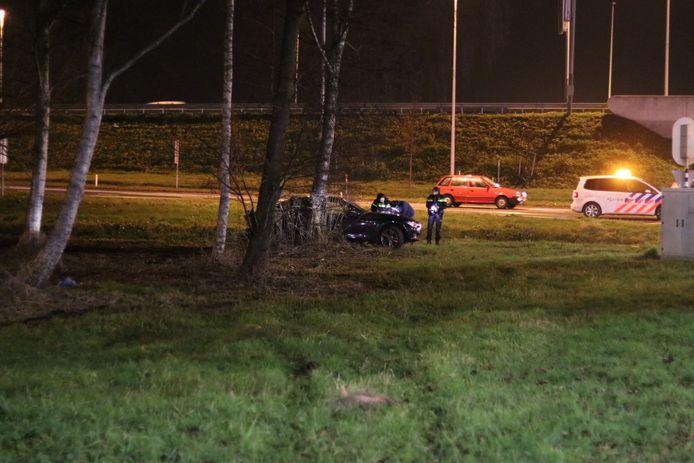 Een vrouw is vrijdagavond in Veenendaal gewond geraakt nadat ze met haar auto in de berm belandde.