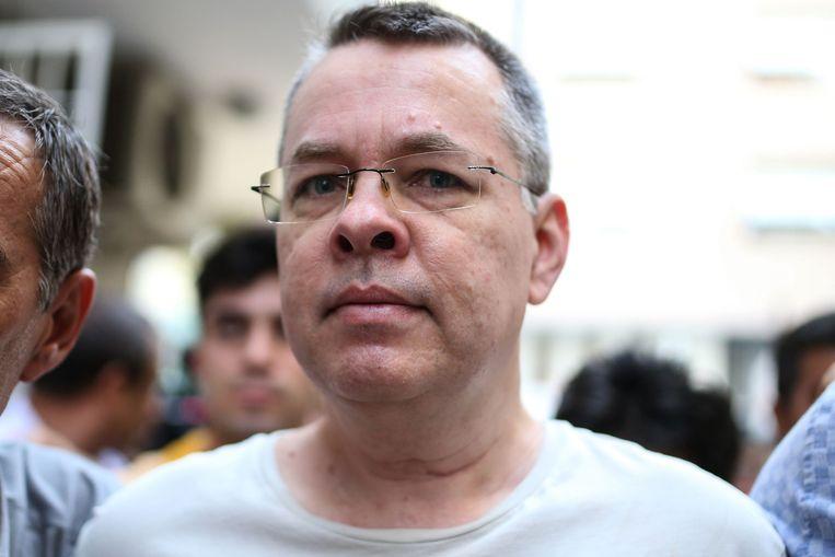 Brunson in juli, tijdens een escorte door Turkse agenten in burger.  Beeld AFP