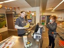Tijdens de tweede coronagolf werken de herintreders wél in de Almense supermarkt Centerrr: 'Miranda vindt er altijd wat op'