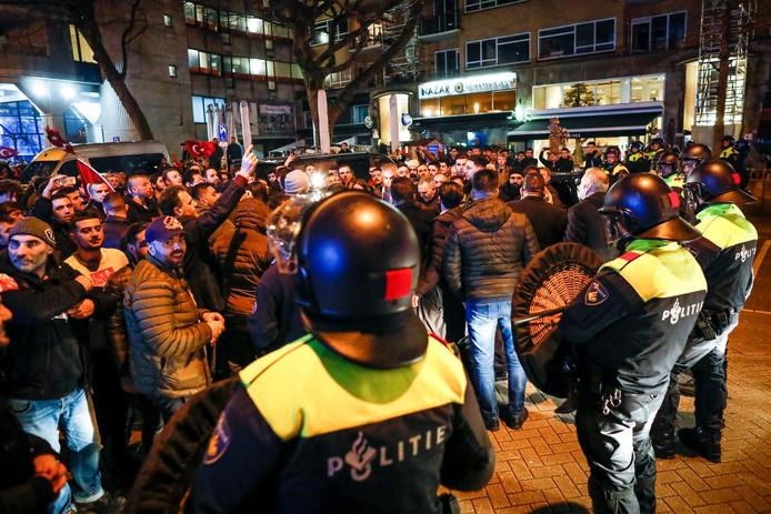 De politie staat opgesteld rond de demonstratie van Turkse Nederlanders bij het Turkse consulaat aan Westblaak.