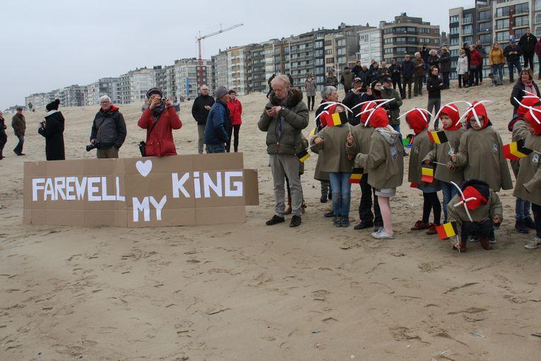 Koksijde neemt massaal afscheid van zijn Sea King. Heel wat schoolgaande jeugd zwaaide de helikopter uit.
