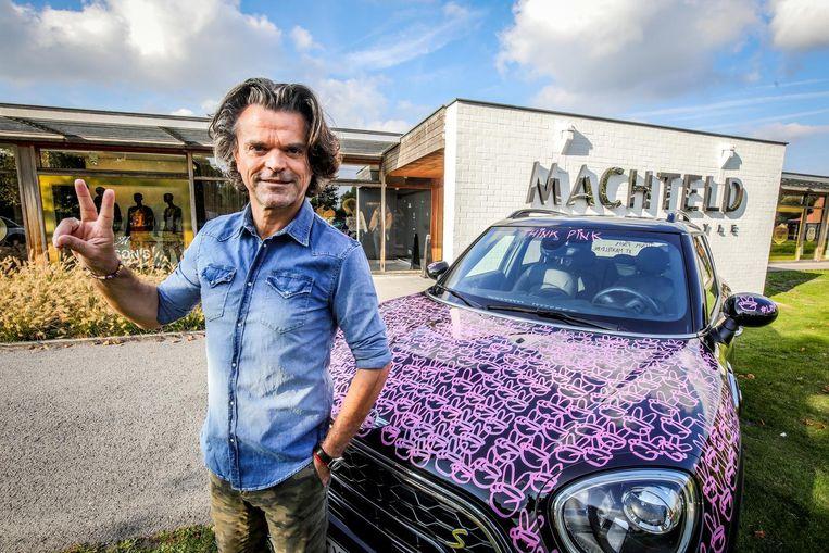 Luc De Maeght bij zijn Think Pink-mini.
