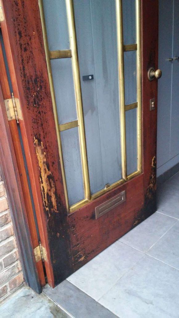 De deur liep aanzienlijk wat schade op, maar de brand kon zich gelukkig niet verder verspreiden omdat ze brandveilig is.